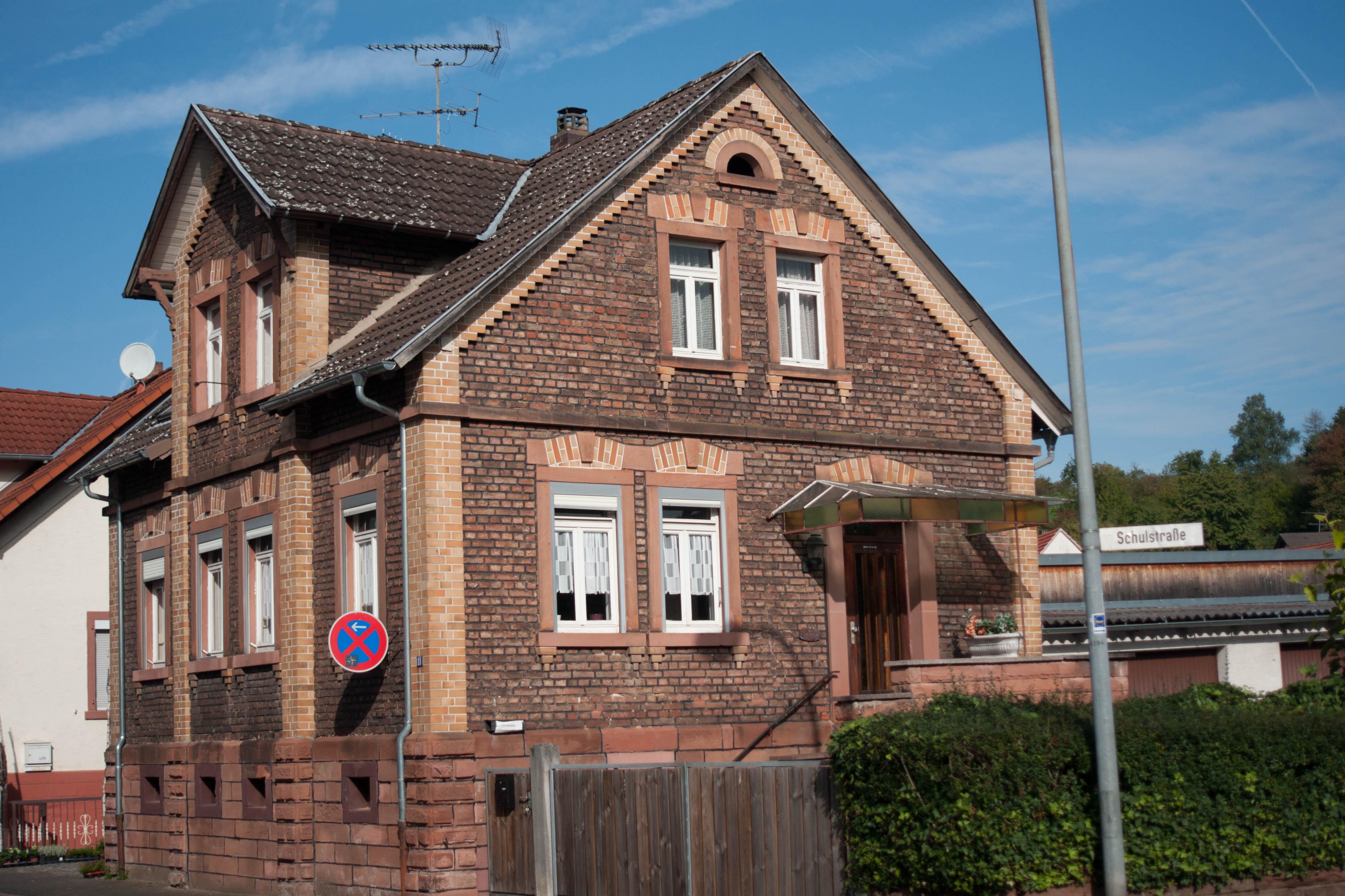 Das ehemalige Pfarrhaus von Freigericht-Neuses ist ein verklinkertes Einfamilienhaus mit ...
